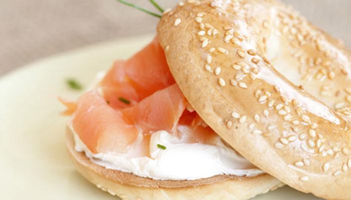 Bagels de salmón y queso con nueces