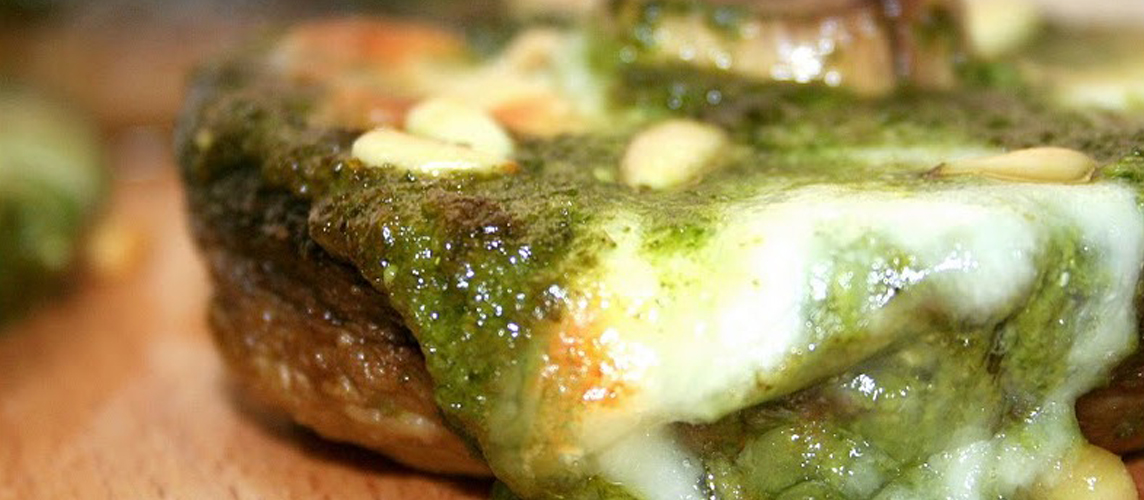 Champiñones rellenos de mozzarella y salsa pesto